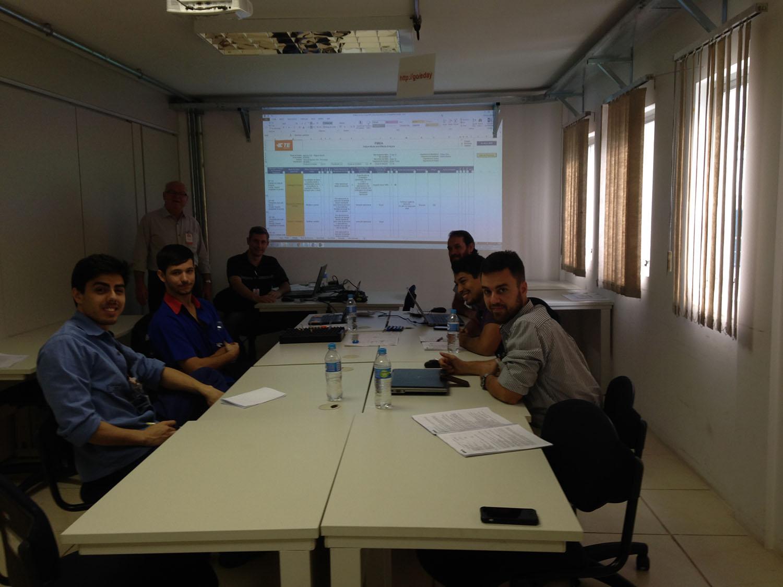 Equipe da TE Connectivity em coaching para aplicação do FMEA em novos processos produtivos. (set/16)